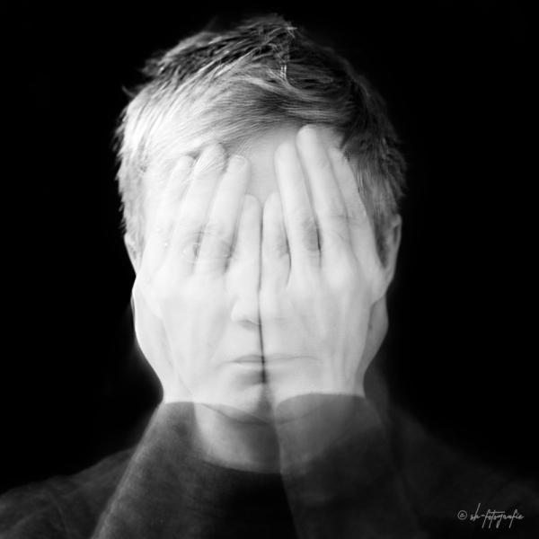 Die Aufgabe: Selbstportrait Die Idee: Jeder Mensch hat zwei Seiten. Die, die jeder sieht und die, die man nur selbst kennt .